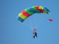 Marta salta en paracaídas