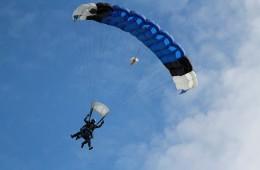 David salta en paracaigudes